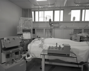 2016_107_022a A typical bed set-up in the ICU, 1969