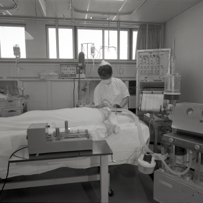 2016_107_022b A typical bed set-up in the ICU, 1969
