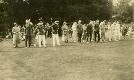 Horse race. [Nursing] sisters and officers, July 1, 1918, England